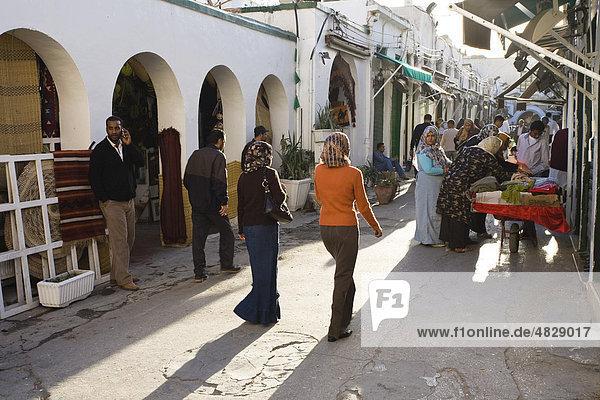 Händler und Läden in der Medina  Altstadt von Tripolis  Libyen  Nordafrika  Afrika