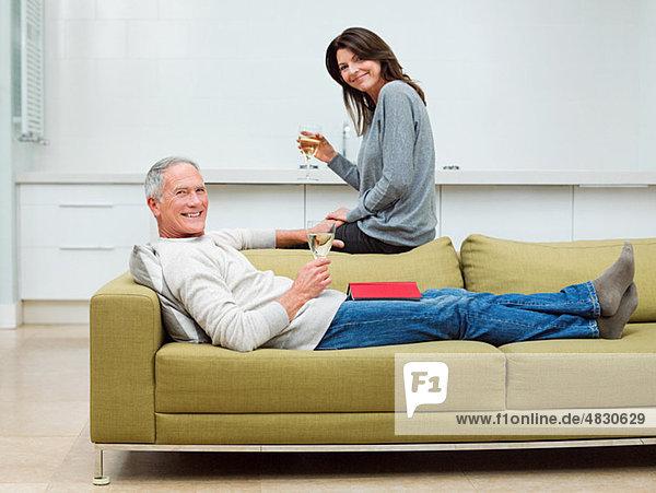 sitzend Couch Wein reifer Erwachsene reife Erwachsene