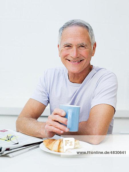 Senior Mann beim Frühstück