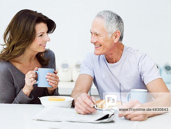 Reife Paare beim Frühstück