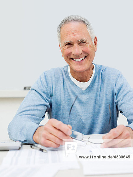Älterer Mann  der sich um die Finanzen kümmert.