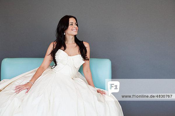 Junge Frau im weißen Hochzeitskleid  Studioaufnahme