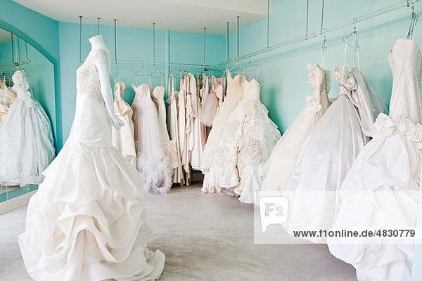 Auswahl an Brautkleidern in der Boutique
