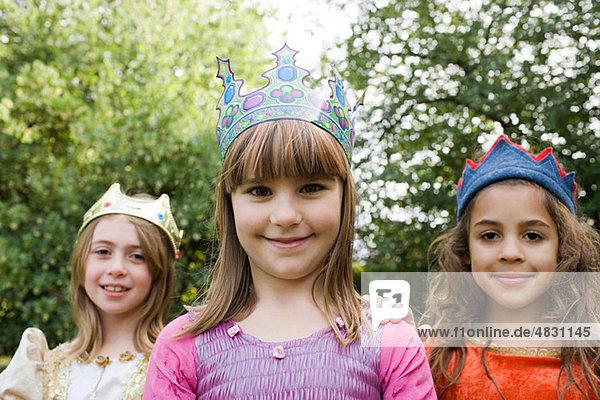 Mädchen mit Krone als Königinnen verkleidet