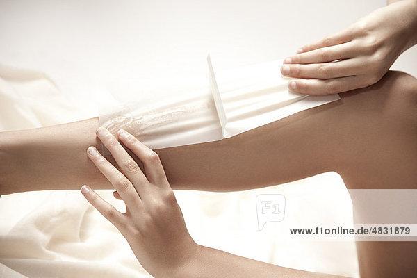 Frau beim Wachsen der Beine  abgeschnitten