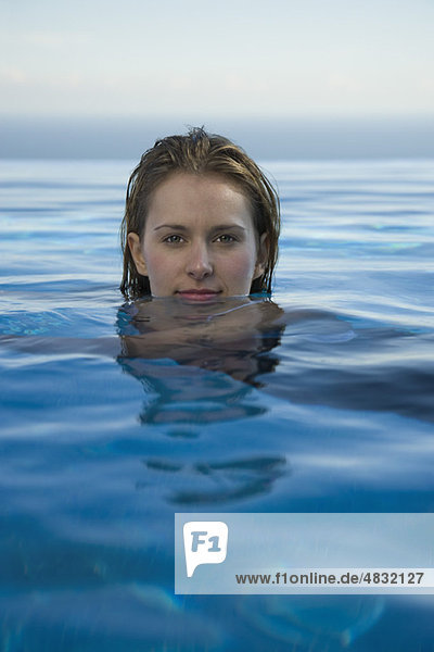 Frau entspannt im Wasser  Porträt