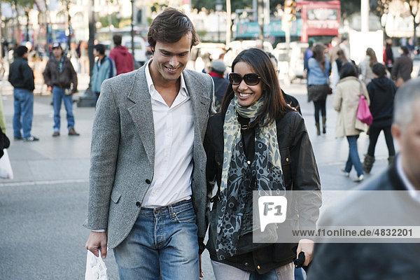 Paar,  das auf einer belebten Straße läuft