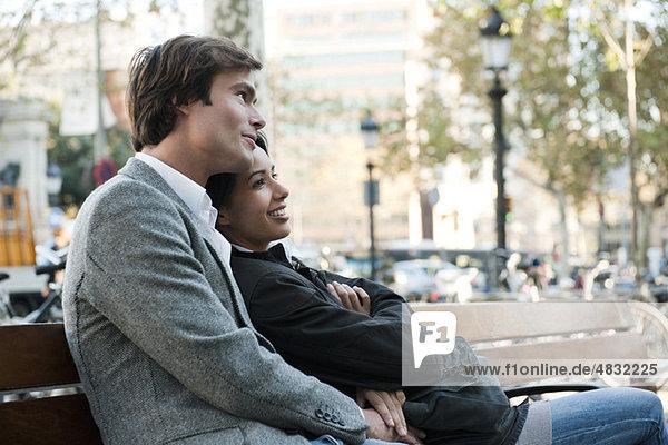 Paar Entspannung auf der Parkbank