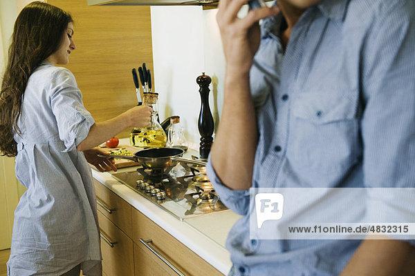 Paar zusammen in der Küche  Frau beim Kochen