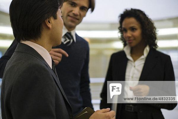 Führungskräfte im Gespräch mit Kollegen