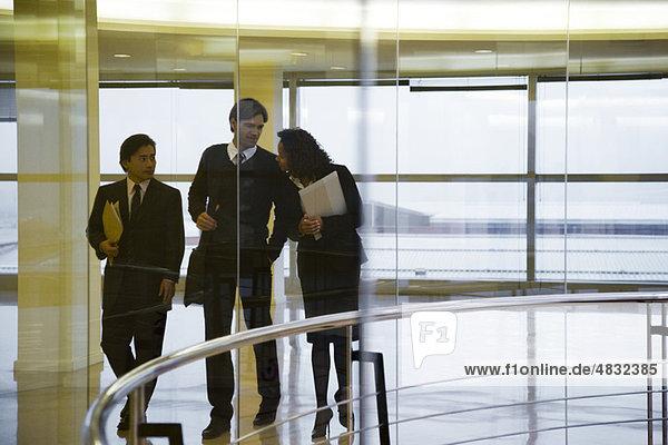 Führungskräfte beim gemeinsamen Gehen und Reden