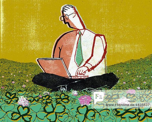 Geschäftsmann benutzt Laptop auf einer Wiese mit Klee