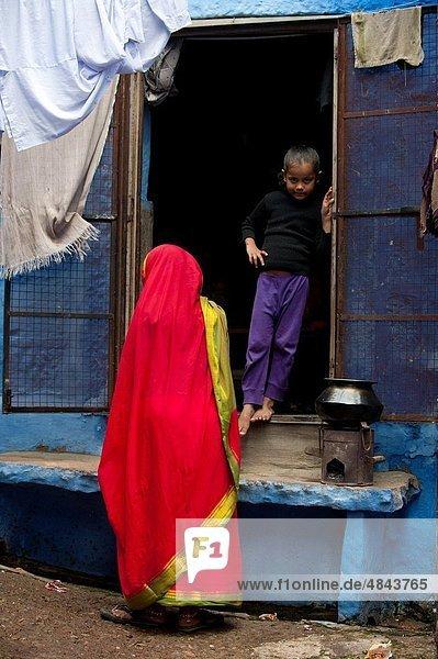 Frau frontal rot jung Mädchen Indien Jodhpur Rajasthan Sari