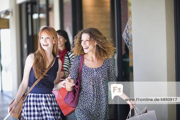 Freundinnen auf Shoppingtour mit viel Spaß