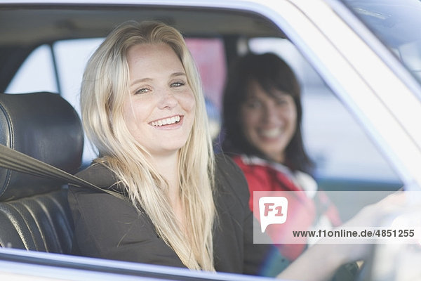 Frau beim Autofahren