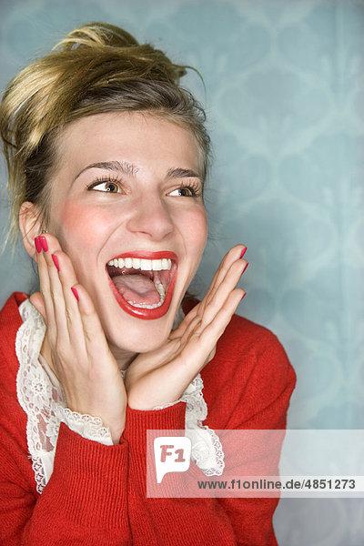 Junge Frau fröhliche Überraschung Hände hoch  rot