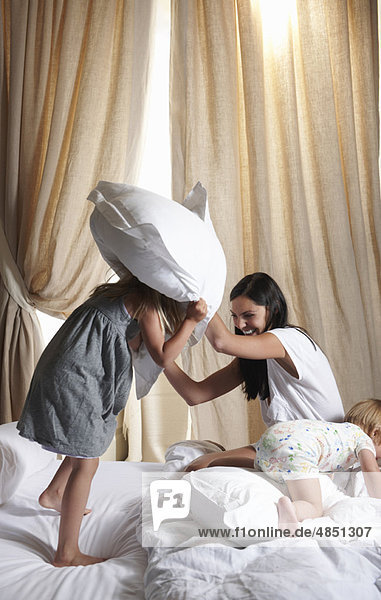 Kissenschlacht zwischen Mutter und Tochter