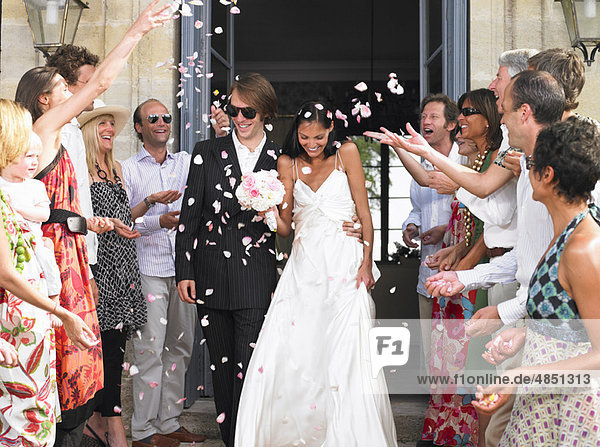 Frisch verheiratetes Ehepaar verlässt die Kirche