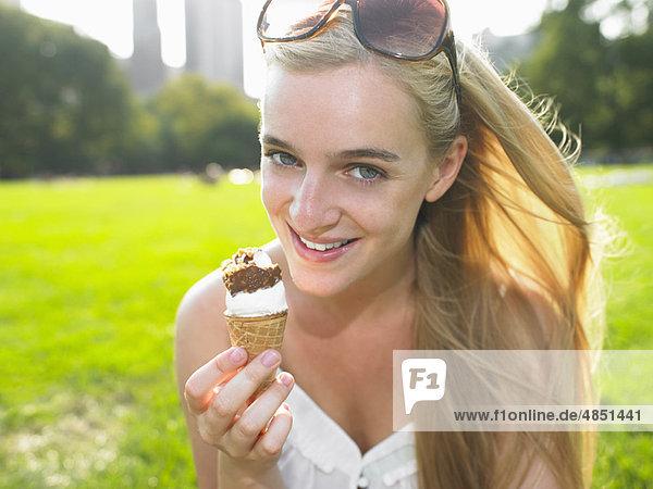 Frau beim Eis essen im Park Frau beim Eis essen im Park