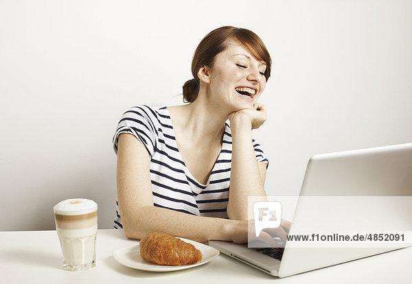 Frauen mit Laptop und Frühstück