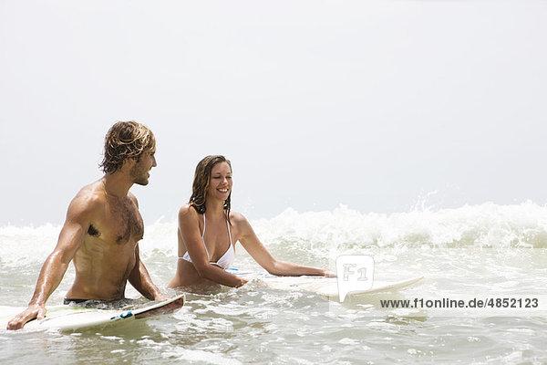 Wasser  Mann  lachen  Surfboard  Mädchen