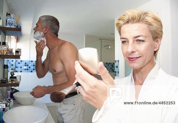 Paar im Bad auf den Tag vorbereiten