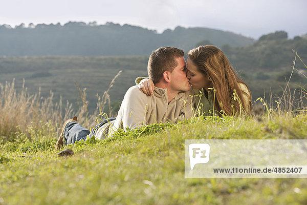 liegend  liegen  liegt  liegendes  liegender  liegende  daliegen  küssen  Feld  jung