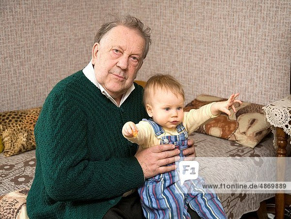 Senior  Senioren  Europäer  Fröhlichkeit  halten  Großvater  Baby
