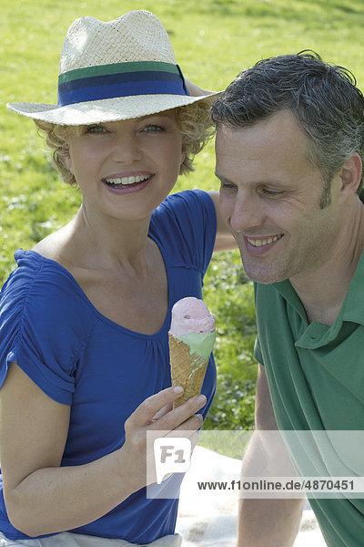 Reifes Paar beim Picknick