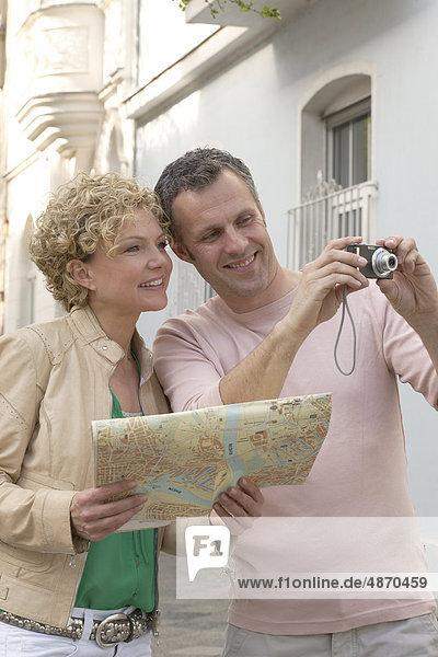 Reifes Paar mit Stadtplan