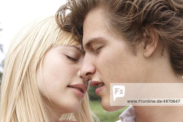 Zärtliches junges Paar im Freien