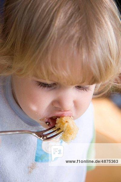 klein  Kuchen  essen  essend  isst  Mädchen