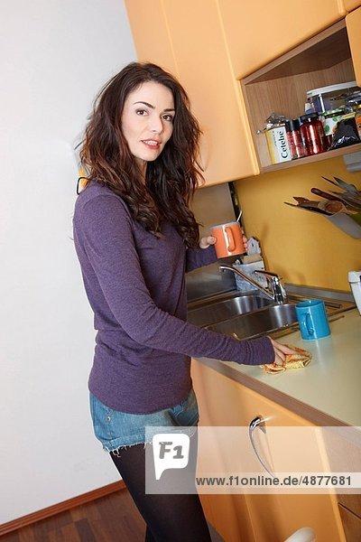 Frau Reinigung Küche