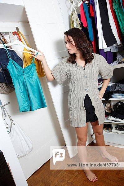 Frau  Kleidung  sehen  jung  rechts