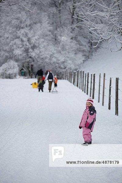 stehend  Mädchen  Schnee