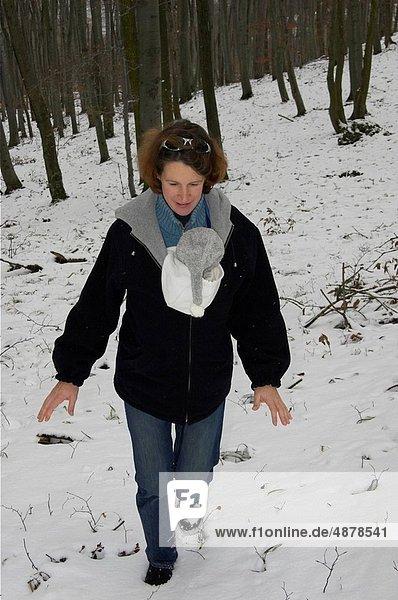 Winter  gehen  Wald  Mutter - Mensch  Baby  Tragetuch