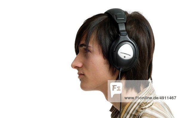 Mann  zuhören  Kopfhörer  weiß  Hintergrund  Musik  jung