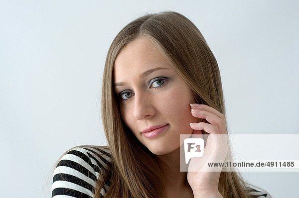 Portrait schöne Frau mit langem Haar