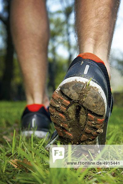 Jogger läuft über eine Wiese