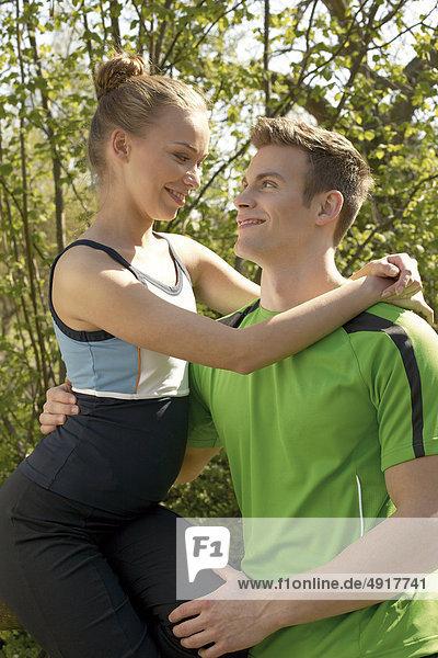 Junges Paar joggt