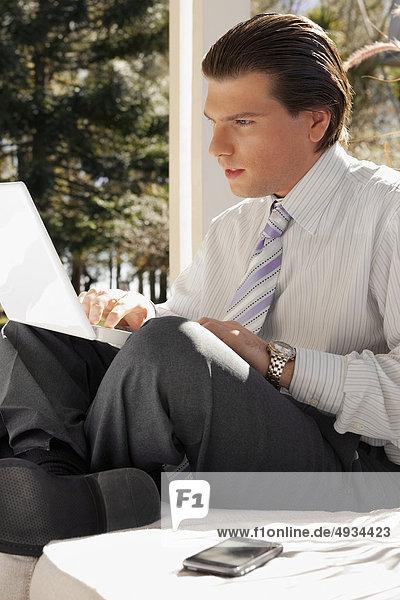 Geschäftsmann auf einem Laptop arbeiten