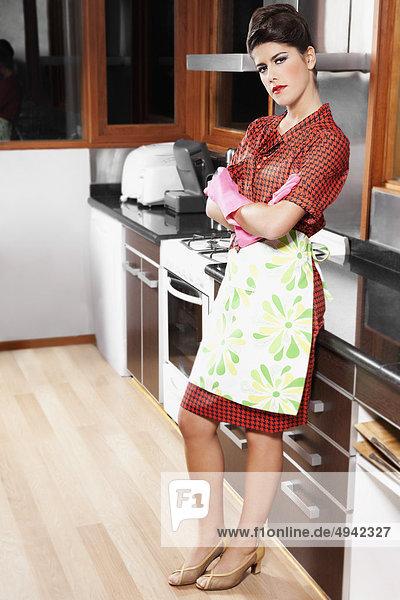Frau stehend in der Küche