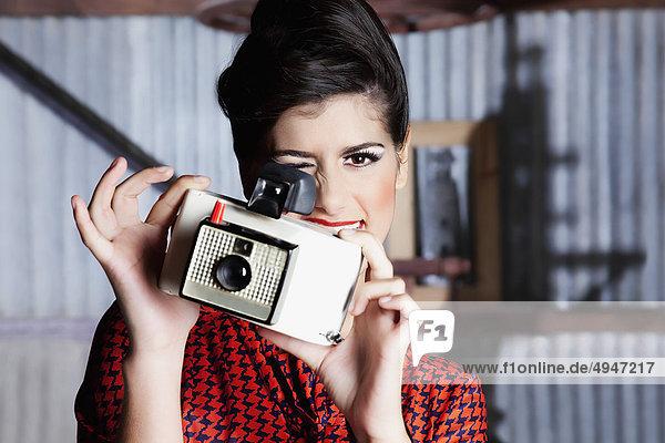 Frau Aufnahme eines Bildes mit einer Kamera
