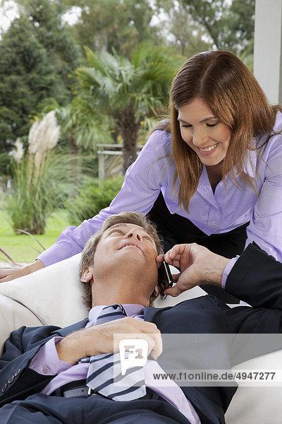 Handy Geschäftsfrau sprechen sehen Geschäftsmann Kurznachricht