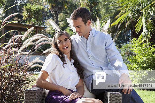 Paar sitzen auf einem Sessel