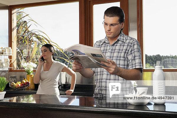 Handy Mann sprechen Ehefrau Kurznachricht Zeitung vorlesen