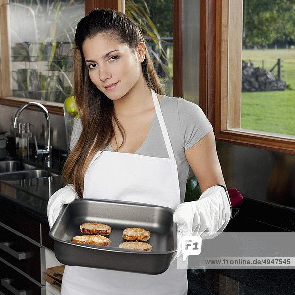 Jugendlicher halten Keks Mädchen gebacken