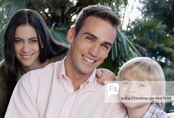 Bildnis eines Knaben mit seinen Eltern lächelnd