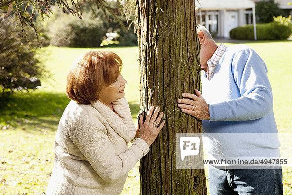 Paar spielen hide and seek in einem park