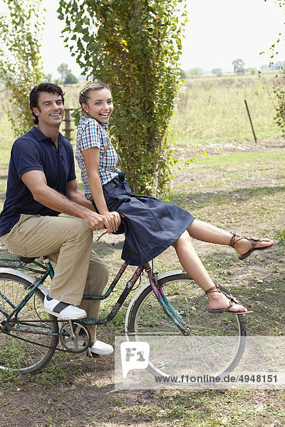 Fröhlichkeit Picknick fahren Fahrrad Rad mitfahren